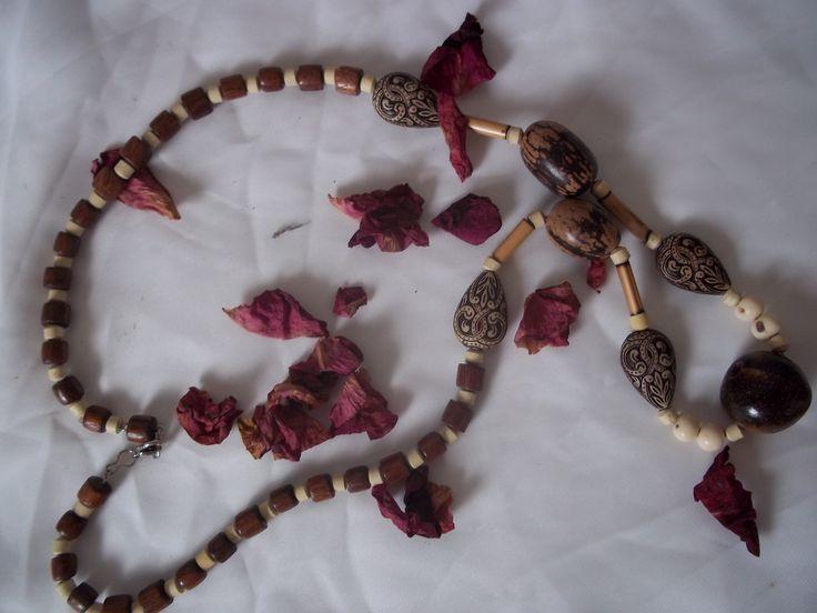 Colar confeccionado em contas de Madeira,Argila,sementes de Açaí, Castanhas e passadores de Bambu.Detalhes em Resina.
