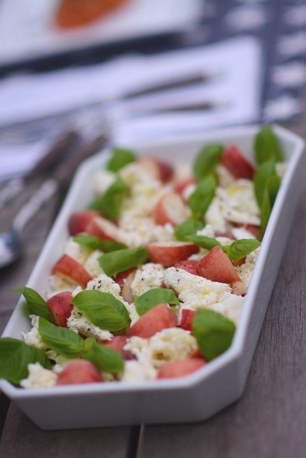 En af mine nye yndlingssommersalater og tilbehør til især grillet kød, er caprese, men med tomaterne skiftet ud med modne og saftige ferskner. Smagskombinationen er uventet, men virkelig lækker og den bevæger sig næsten i spændingsfeltet mellem salat og dessert og det er slet ikke et ringe sted at befinde sig, hvis I spørger mig. …