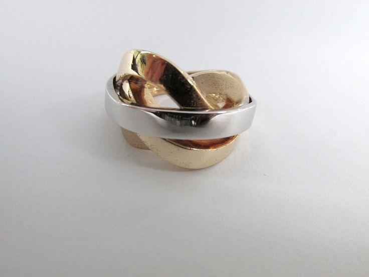 ¿Te gustan los diseños  modernos?  Moderno anillo entrelazado con terminaciones arenadas y brillantes en dos oros  fabricado  a mano  R485 Joyas Marcel Durán Joyeros, Bogotá. #duranjoyerosbogota #joyeria #hermosasjoyas #hechoamano #Colombia #oro #compracolombiano #anillos #joyasbogota #fabricacionenoro #aretes #dijes #cadenas #anillos #argollas #anillosdecompromiso #oro #accesorios #plata #perlasdemallorca #precolombinos #felizhallowen #dulces #octubre