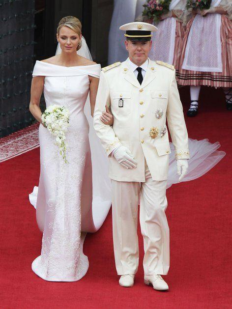 Fürstin Charlène entschied sich 2011 für ein figurbetontes Brautkleid aus weißer Duchesse-Seide und Swarovski-Kristallen von Armani.