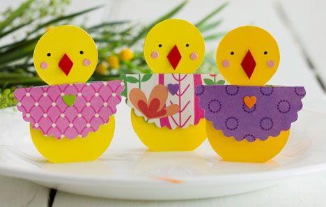 Hæng sjippende påskeharer på grønne grene, og sæt guirlander med glade kyllinger i kønne æg op i vinduet. Så kan du hurtigt skabe hyggelig påskestemning. De små kyllinger i fine forårskjoler pynter på påskebordet.