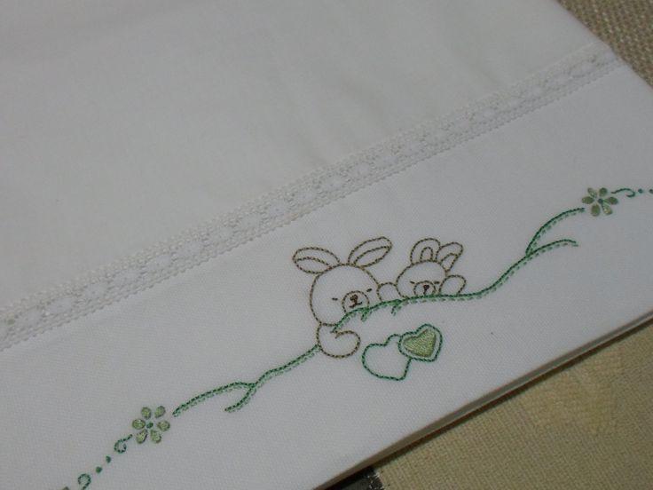 Lençol de Xixi, bordado à mão. Informações: carolqviegas@gmail.com
