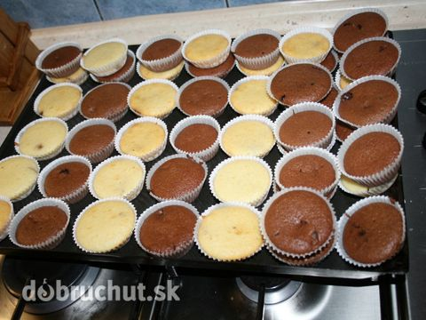 Hrnčekové muffiny 2 poháre múka polohrubá 1 pohár cukor 1 pohár mlieko 3/4 pohárov olej 2 ks vajce 1 ks prášok do pečiva 1 ks vanilkový cukor 1/2 pohárov kokos, mak, orechy, ovocie, kakao, nutella, Podľa vlastnej fantázie Všetky suroviny vymiešame a naplníme košík cestom tak do 3/4. Po 10tich minútach pečenia kontrolujeme