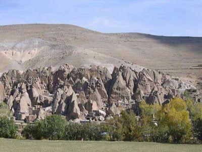 Ένα ολόκληρο χωριό στα βράχια