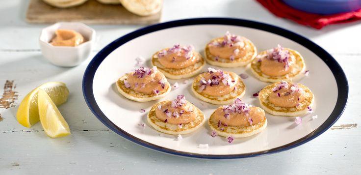 Blinis er russiske pannekaker av bokhvetemel som egner seg godt til salt topping som kaviar, røkelaks og spekemat. Enkel oppskrift finner du her.