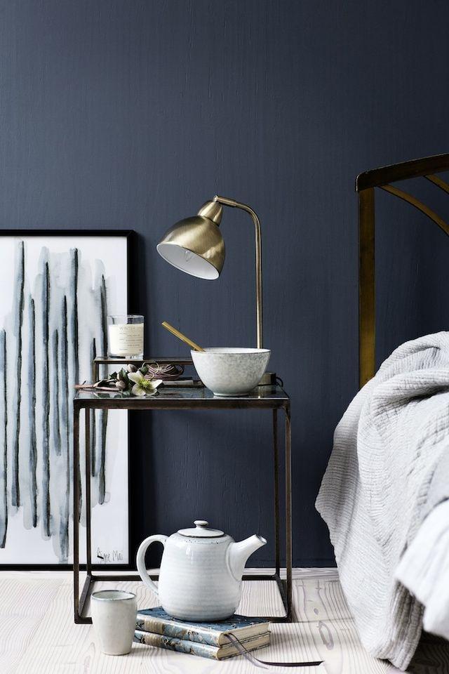 Dunkelblaue Wandfarbe & dazu passend goldene Accessoires. #KOLORAT #Wandfarbe #Wandgestaltung #Schlafzimmer #Blau