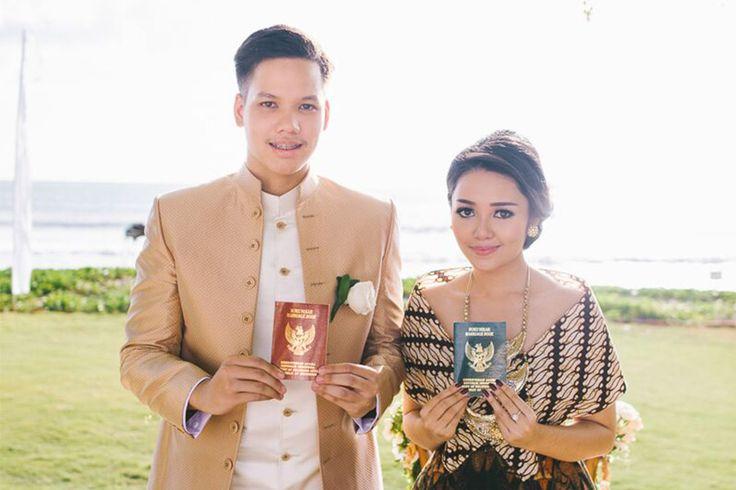 Suasana pantai ternyata bisa dijadikan venue untuk pernikahan dengan adat Jawa lho! Yuk baca cerita Alda dan Alma yang menikah di Villa Phalosa Bali ini!