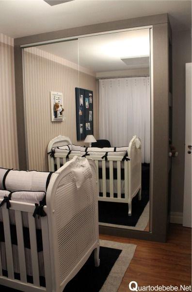 Disposição nos móveis no quarto -  enxoval de quarto de bebê azul marinho e branco com armário com portas de espelho