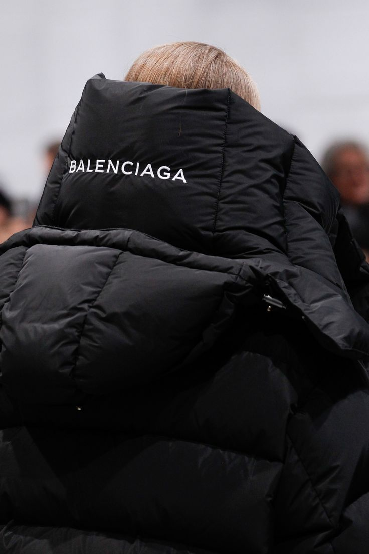 See detail photos for Balenciaga Fall 2016 Ready-to-Wear collection.
