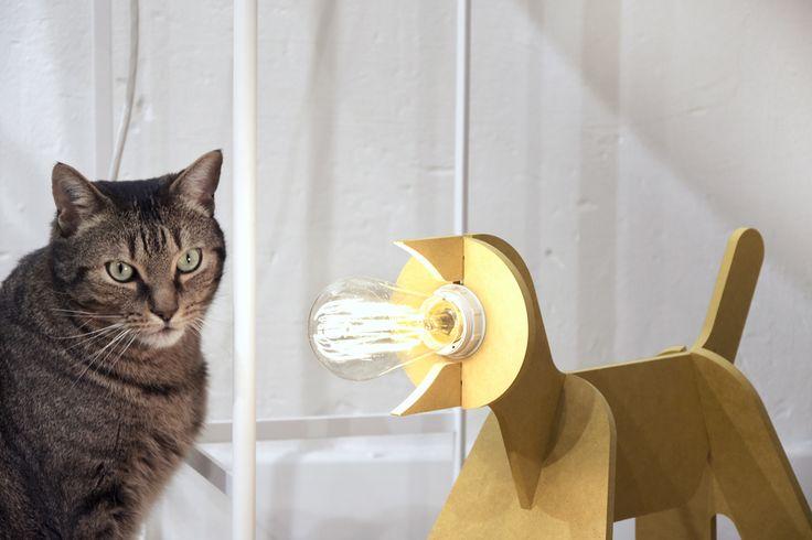Lampe GET OUT by ENOstudio - Création originale de Clotilde et Julien pour ENOstudio, la lampe chien à poser GET OUT est un véritable best seller. Très facile à monter, elle est fabriquée en MDF, matériau léger et facile à transporter.