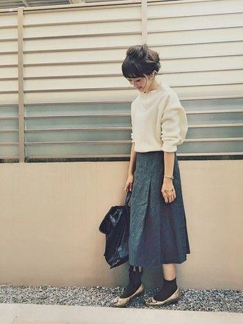 白のオーバーサイズニットには、グレーのミモレ丈スカートできちんと感を出して。スカートの丈を長めにすることで、子どもっぽくなりません。パンプスの色で遊ぶなら、靴下は黒でシンプルにまとめるのがおすすめです。