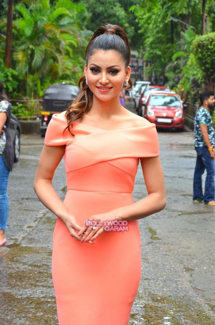 Can we take a moment to admit that how gorgeous Urvashi Rautela is looking during her film's promotions