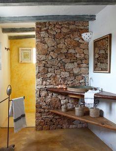 Los pequeños detalles en piedra o madera convertirán tu baño. Toma nota de esta idea para darle a tu baño un toque rústico. #bathroom #decoración