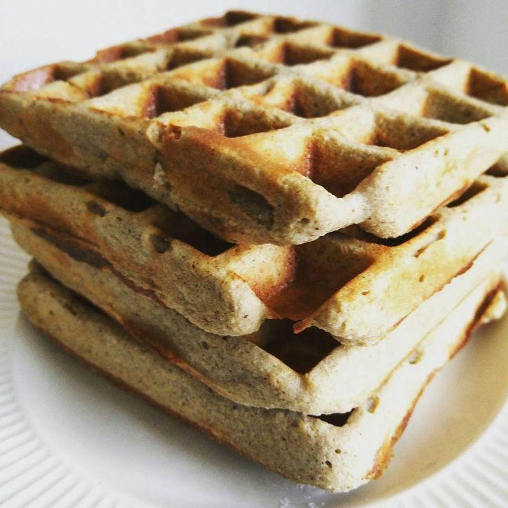 Warme wafels als ontbijt: dat kan het niet anders dan een top dag word! Ze zijn gluten en lactosevrij, gezoet met bananen en op voor je het weet!
