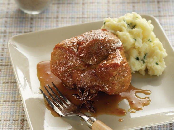 Σοτάρετε το χοιρινό στο ελαιόλαδο, μέχρι να ροδίσει από όλες τις πλευρές.
