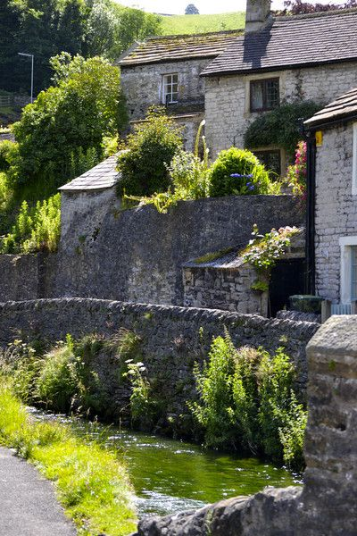 Pretty as a picture! Castleton village in the Peak District. A really beautiful village that everyone should visit if they get the chance!! ;)