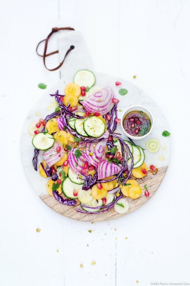 Salade de betteraves, courgettes et carottes crues à la grenade - Le chou rouge est un détoxifiant naturel, il est peu calorique, ce qui en fait…