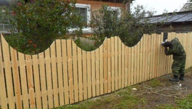 Строим забор из штакетника для палисадника. Особенности деревянного и металлического штакетника. Варианты штакетника для палисадника. Особенности работы с штакетником