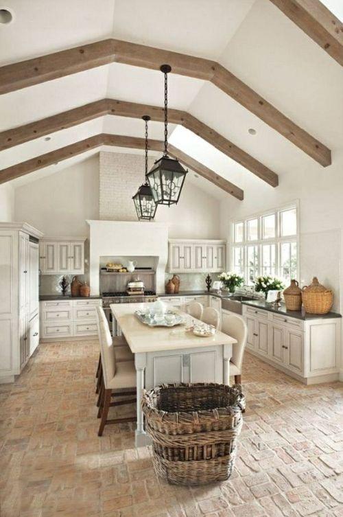 Küche im Landhausstil gestalten holzbalken zimmerdecke