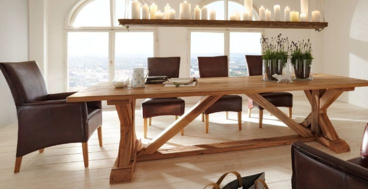 une table longue en bois et des chaises tapisées en cuir marron