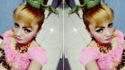 Cantante fallece tras ser mordida por cobra en escenario (video)   arenta y cinco minutos fueron mortales para la cantante de pop indonesiaIrma Bule(29).  Bule murió tras ser mordida en el escenario por una serpiente cobra.  Como parte de sus espectáculos la artista utilizaba reptiles y se los colocaba por el cuerpo.  Un video captó el trágico incidente reportado en un evento en vivo en elpueblo de Karawang en West Java.  Bule fue mordida por el animal venenoso en la cadera.  Pero en lugar…