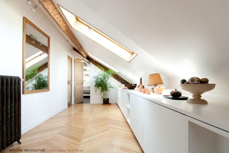 Lo specchio riflette la luce della finestra per tetti #mansarda  http://www.mansarda.it/da-sottotetto-a-mansarda/trasformare-un-sottotetto-in-una-zona-giorno/