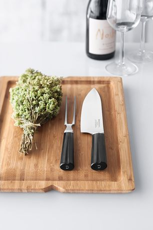 The Carving Set from Grand Cru keeps the meat firmly in place and makes carving easy to allow the meat to retain both its juiciness and structure. #rosendahl #rosendahlgrandcru