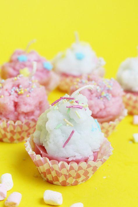 DIY Cupcake Kerzen selber machen: Süße DIY Geschenkidee! Diese süßen Kerzen in Muffin Form sind schnell selbst gegossen: Alles, was du dazu brauchst sind Kerzenreste, eine Form und einen Docht. Klicke hier, um die DIY Anleitung zu lesen!
