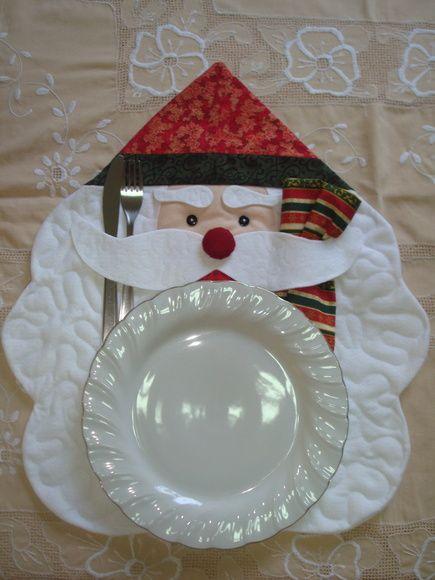 Jogo Americano Natalino, feito em feltro e tecido 100% algodão, quiltado e com manta acrílica no interior. Ideal para a decoração da sala de jantar, enquanto espera-se a ceia natalina. R$ 39,50