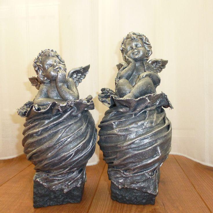 Decoratie beeld of figuur beeld van een zittende engel of engel in gedachten op een bol. Dit beeld is een mooie decoratie of woonaccessoire voor in huis. Als cadeau voor jezelf of een origineel cadeau om weg te geven.