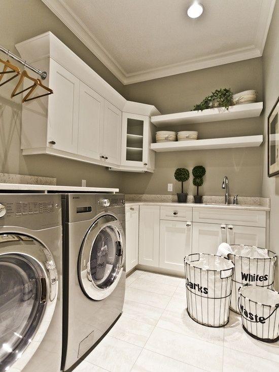 Electrodomésticos elegantes Los más modernos, pueden optar por un acabado de electrodoméstico en plata brillo. Consigue un efecto más industrial y fácil de combinar. Las estanterías, siempre necesarias para colocar detergentes y suavizantes junto con el resto de utensilios.