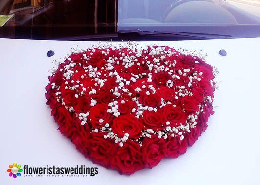 Στολιοσμός μπροστινού μέρους νυφικού αυτοκινήτου με κατασκευή από κόκκινα τριαντάφυλλα και γιψοφύλλη ,σε σχήμα καρδιάς.