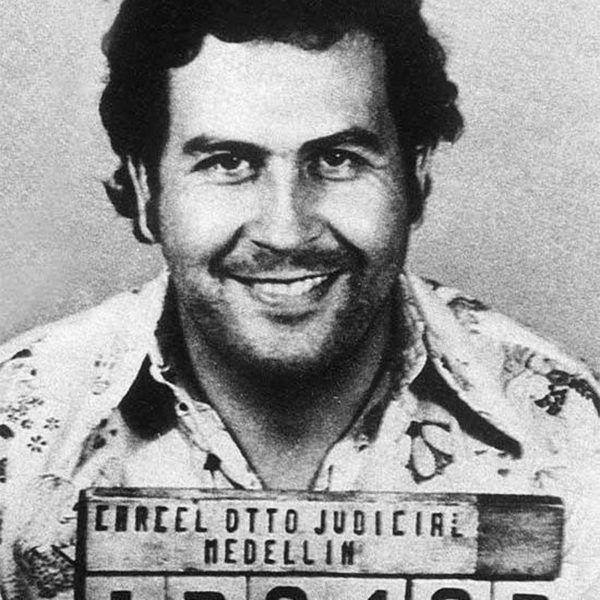 1 DISFRAZ DE PABLO ESCOBAR PARA HALLOWEEN 2016 2 MATERIALES PARA EL DISFRAZ DE PABLO ESCOBAR 2.1 Materiales para el disfraz de Pablo Escobar en su ficha policial 2.2 Materiales para el disfraz de Pablo Escobar en la cárcel 2.3 Materiales para el disfraz de Pablo Escobar como Emiliano Zapata 2.4 Materiales para el disfraz de Pablo Escobar muerto 3 VÍDEO DE DISFRAZ DE PABLO ESCOBAR PARA HALLOWEEN 2016