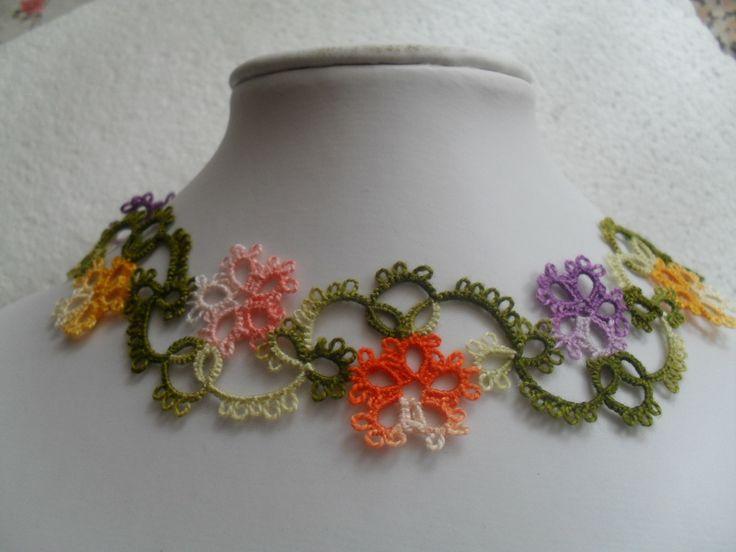 Collier multicolore en dentelle de frivolite ,collier dentelle multicolore, collier pour printemp : Collier par carmentatting