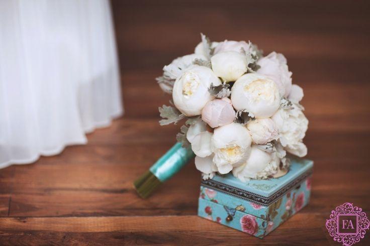 Букет невесты из белых пионов, свадебный букет, белые пионы, невеста
