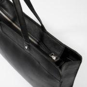 Stina är en enkel och klassisk handväska i fint, vegetabiliskt garvat läder. Väskan kan användas både som vanlig handväska och som datorväska för upp till 13″ laptop. En justerbar och löstagbar axelrem medföljer. En ficka innuti med zipperförslutning. Väskan kan förslutas med en zipper. Svart läder med silver metalldetaljer. Färg:Svart Mått: 37 x 28 x …