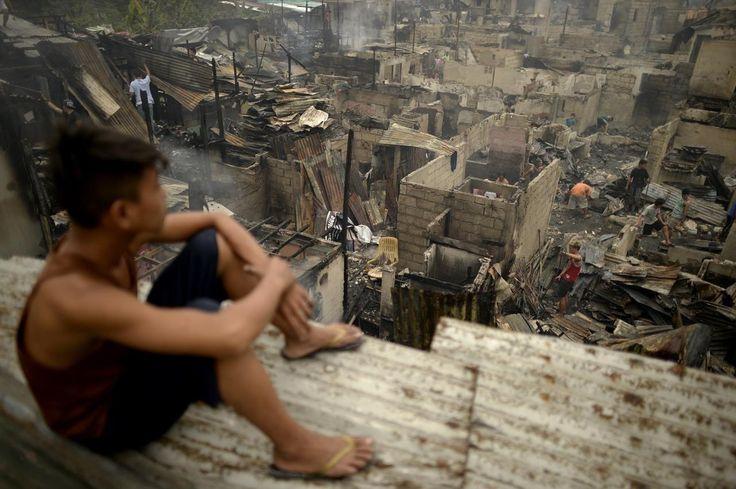 26.11 Un enfant regarde les maisons détruites après un incendie qui a détruit un bidonville à Manille.Photo: AFP/Noel Celis
