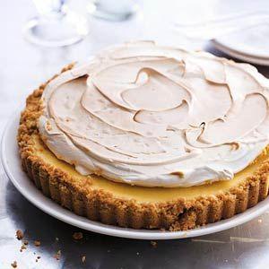 Key lime pie / - 175 g kokosbiscuit (Zaanse kermis, pakje 335 g) - 4 bolletjes Chinese stemgember (potje 240 g) - 125 g boter - 2 x 2 stuks limoenen - 1 blikje gecondenseerde melk (397 g) - 4 eieren - 30 g poedersuiker - 150 g suiker