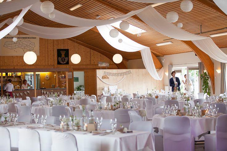 Koogshalle Reußenköge Nordfriesland, Saaldeko, Tischdekoration, Tischdeko, Hochzeitsdekoration, Hochzeitsdeko, Sommerhochzeit, Sommerblumen, Blumenvase