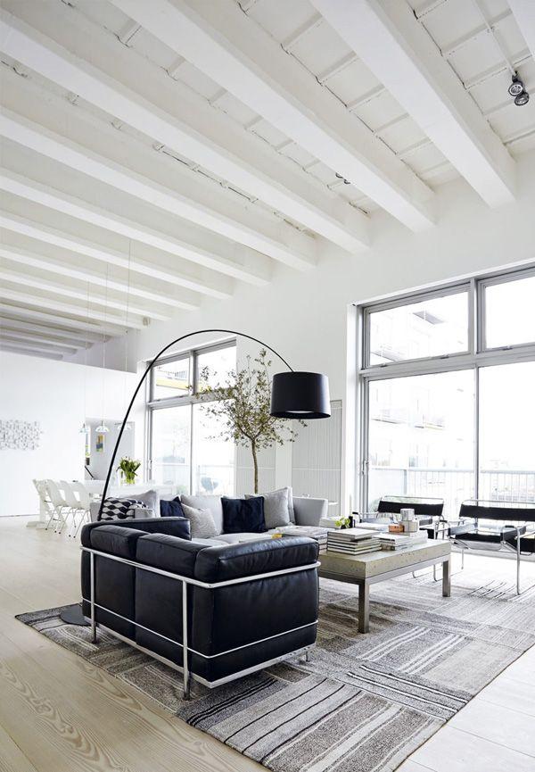 Sommige mensen hebben echt een supergevoel voor stijl. Neem nou de eigenaren van deze loft in Londen. Het gekozen kleurenpalet met een witte basis voor de