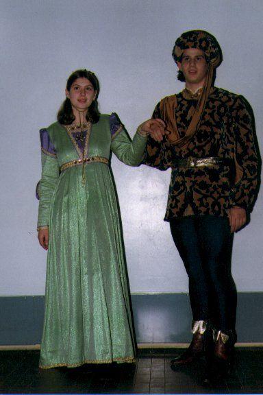 """COSTUMI RINASCIMENTALI DEL 1400 La linea degli abiti non è più influenzata dallo stile gotico. In Italia, in questo periodo, con lo sviluppo delle industrie dei tessuti, si diffonde l'impiego dei velluti damascati e dei broccati, che costituiscono gli elementi primari dell'abbigliamento rinascimentale. L'uomo indossa un FARSETTO di velluto operato, tessuto con telaio a mano, completato di calzamaglia e tipico cappello """" CHAPERON"""". La donna indossa un' ampia e lunga veste di tessuto laminato…"""