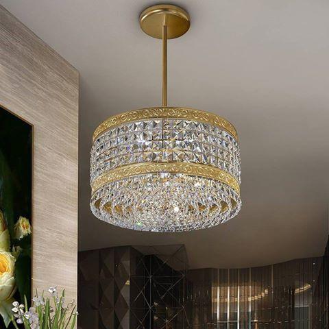Sospensione 8 luci Led G9 5W La struttura è in metallo con finitura oro satinato 24Kt e con quadrati di cristallo. Adatto per ambienti arredati in stile classico e moderno, come soggiorni, sale da pranzo e camere da letto La sospensione ha un diametro di 40 cm e un'altezza di cm.60