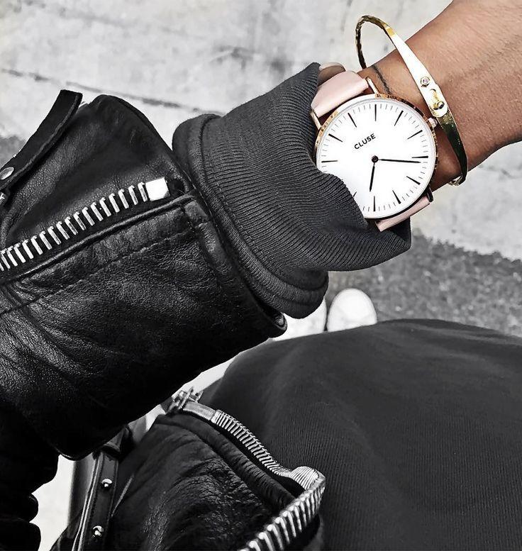 Perfecto en cuir noir + sweat noir + bracelet doré = le bon mix (instagram Audrey Lombard)