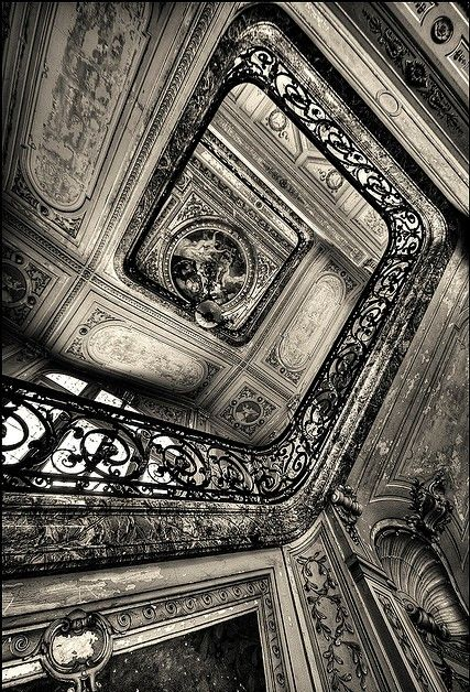 ღღ Beautiful staircase!!!  Splendor gone by...