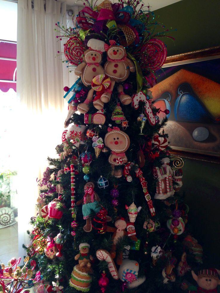 arbol de navidad con temas de muñecos de gengibre y dulces