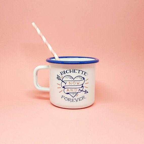 Mug Vintage émaillé blanc et bleu « Bichette Forever »  Ce mug vintage est léger, résistant et accompagnera à merveille vos après-midi thé ou café. Mon illustration est destinée à toutes les poulettes, idéal pour un cadeau à vos copines ou vous-même ;)  INFORMATIONS PRODUIT :  Taille: 8 cm x 8,8 cm Contenance : 40 cl. Impression sur les deux faces du mug. La vaisselle émaillée peut parfois sécailler mais ne casse pas.  Livré en colissimo suivi.  Copyright © 2016 Lolita Picco. Tous droits…