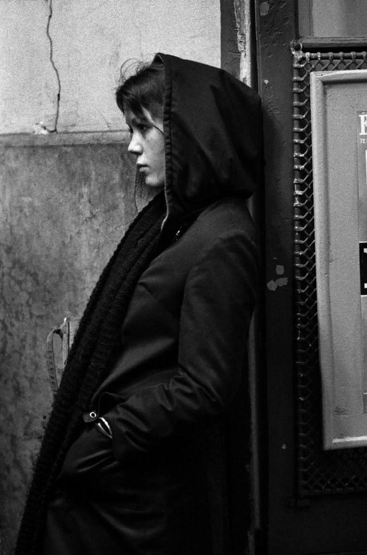 """""""Parigi, una ragazza aspetta a una fermata di metropolitana. Ensimismada, dicono gli spagnoli, parola la cui sonorità mi pare evochi meglio di immedesimata il sentimento di chiusura in se stessi, persi tra i propri pensieri. Non fossi stato fotografo forse avrei cercato di rivolgerle la parola. Le ho invece fatto, senza che se ne accorgesse, questo ritratto. Serve anche a questo la fotografia: a fuggire."""" Ferdinando Scianna"""