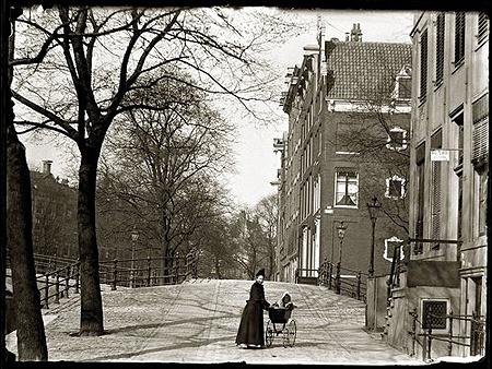 foto van Jacob Olie uit 1894 van de kruising Herengracht en Warmoesgracht kort voor de aanleg van de Raadhuisstraat