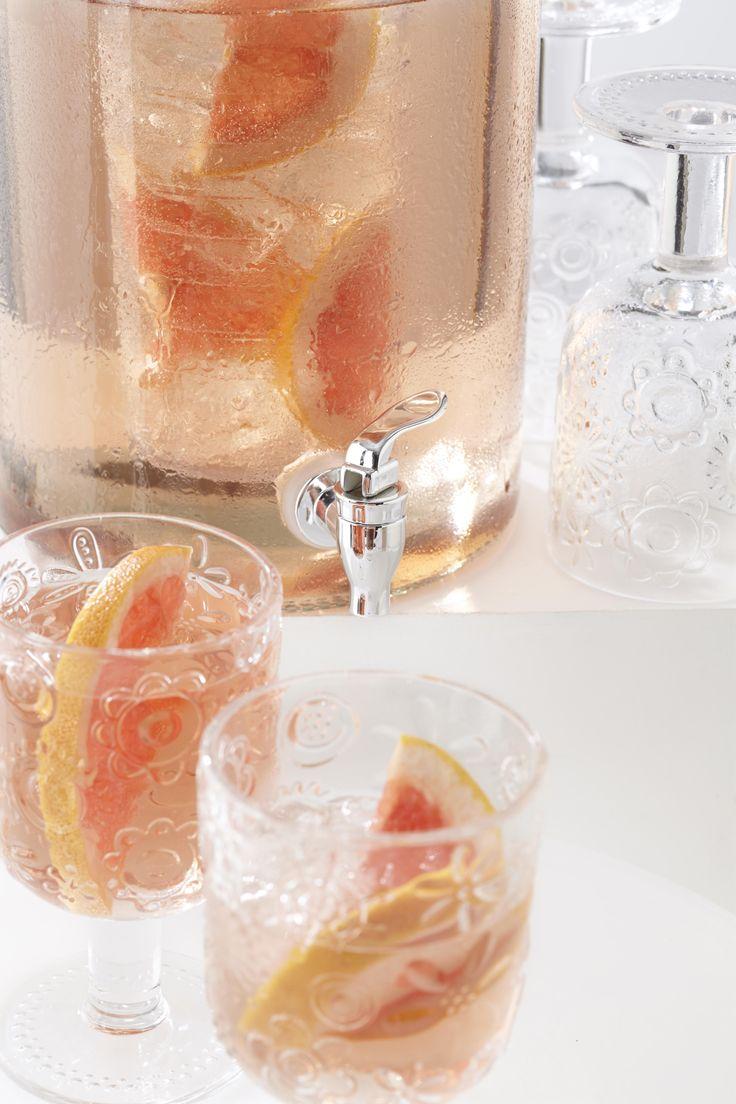 De Leonardo glazen drank dispenser is ideaal voor een zomerse dag of bij een feestje. Probeer ook eens grapefruit of munt toe te voegen in de fruitbuis voor een verrassende smaak aan uw drankje.