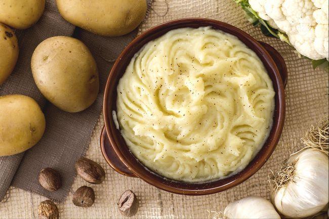 Una delicata crema per un contorno leggero e morbido. Il purè di cavolfiore è l'ideale per accompagnare saporiti secondi di carne!